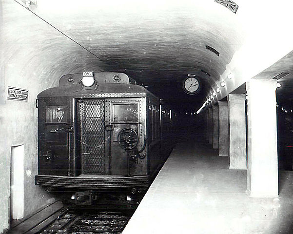 Train-601px-Harvard_station_1912.jpg