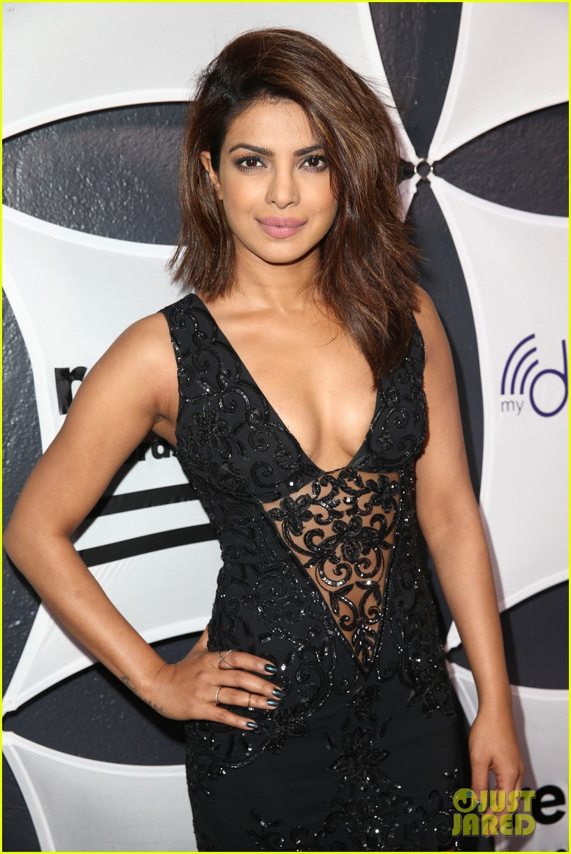 sheryl-crow-priyanka-chopra-grammys-2015-after-party-10.jpg