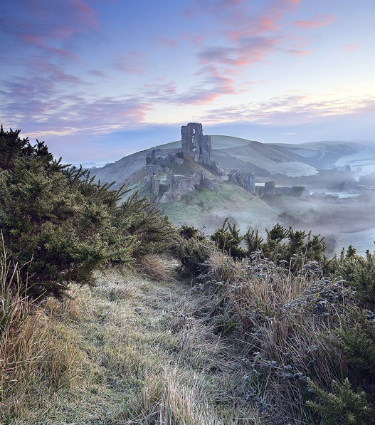 Corfe_Castle_Winter_Mist.jpg