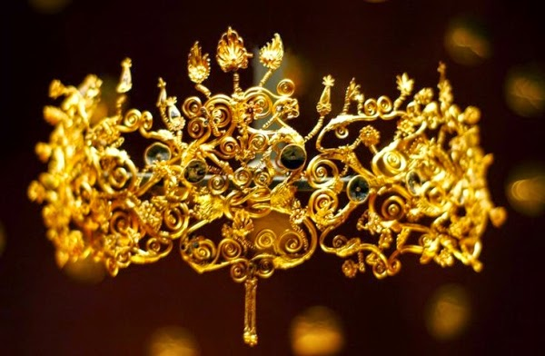 V_-A_diadem_from_4th_century_BC_discovered_in_one_of_the_Macedonian_royal_tombs_in_Vergina.jpg