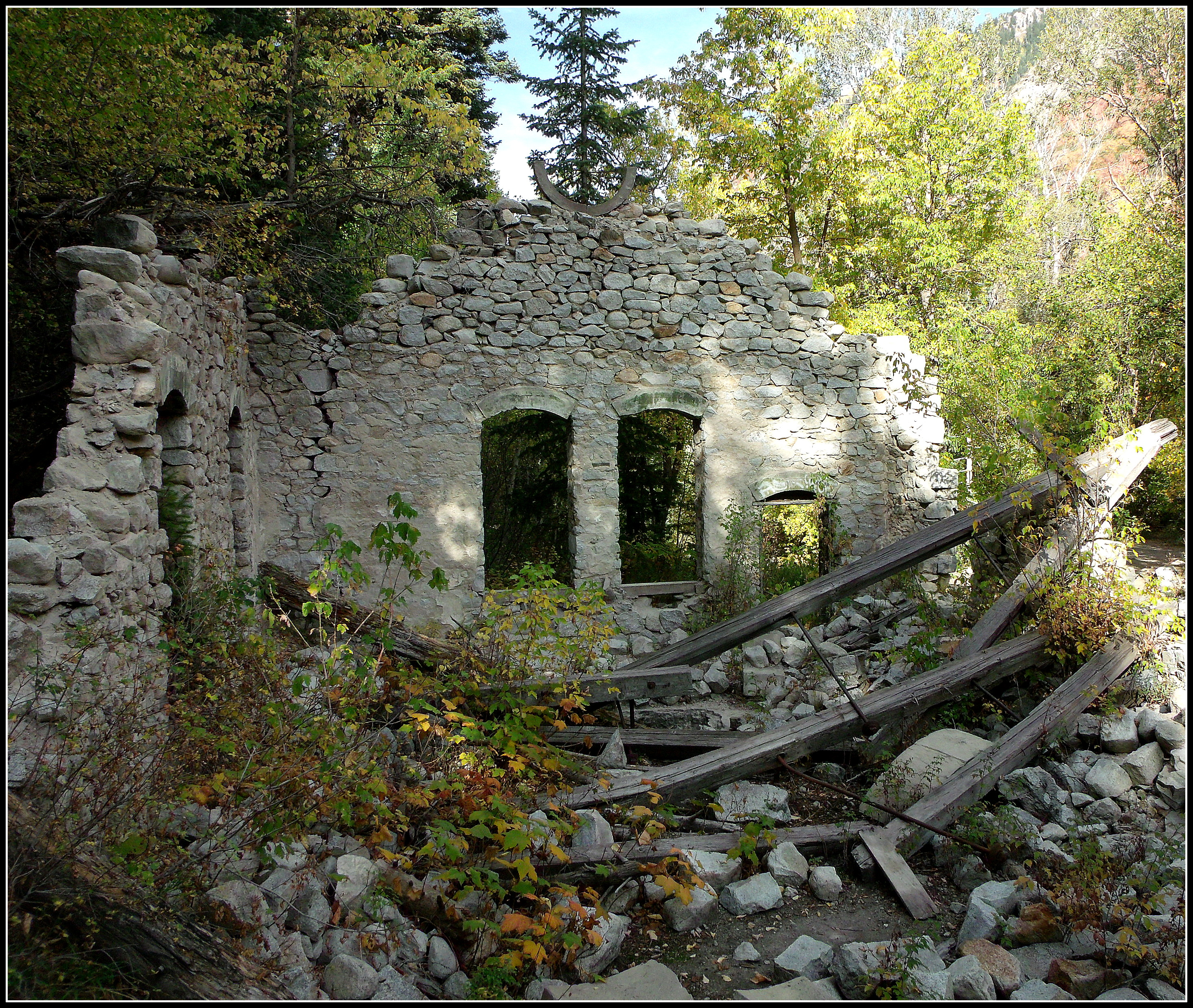 Little cottonwood canyon ruins front and south side wall