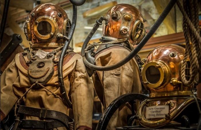 Antique_diving_suits_SWC.jpg