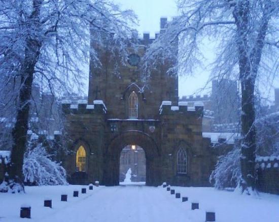 Durham_Castle_Gatehouse_in_Winter.jpg