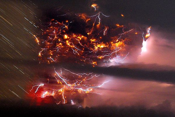 lightning-volcano-puyehue-volcanic-eruption-chile-long-exposure_36299_600x450.jpg